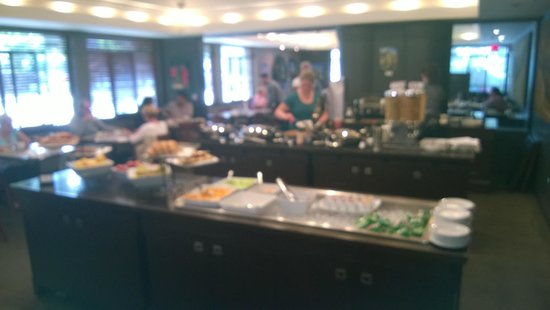 Harbour Towers: Breakfast buffet at Vic's