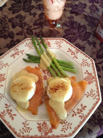 Federal House Inn: Poached eggs on salmon