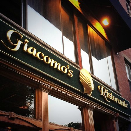 Giacomo's Restaurant: Outside of Giacomo's in line :)