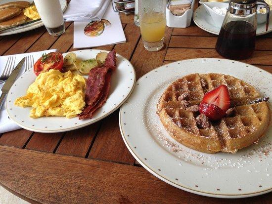 Marival Residences Luxury Resort : belgian waffle, turkey bacon and scrambled eggs at Omaggio