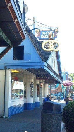 Sluys Poulsbo Bakery: you will never want to go to DooDoo doughnuts in Portland! ;)~