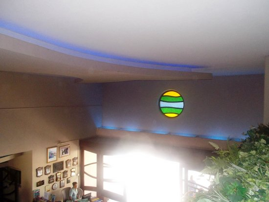 Accra Beach Hotel & Spa : inside the hotel, over looking the lobby