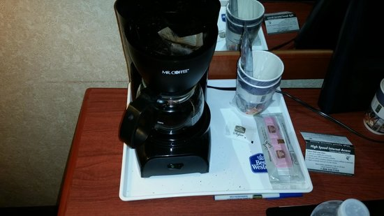 Best Western Hospitality Hotel & Suites: Didn't clean the coffee pot or desk