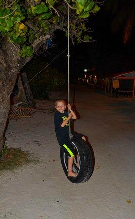 Corsairs Beach Bar & Restaurant: tire swing