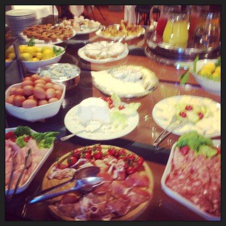 Hotel Villa Gabriele D'Annunzio: some of breakfast