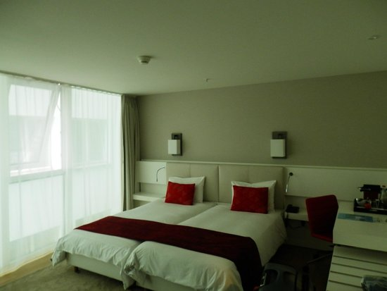 Hotel Astoria: Modern styling and comfortable bed.