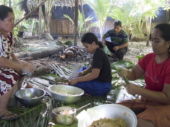 Kosrae Village Ecolodge & Dive Resort: Traditional Food Preparation at Kosrae Village