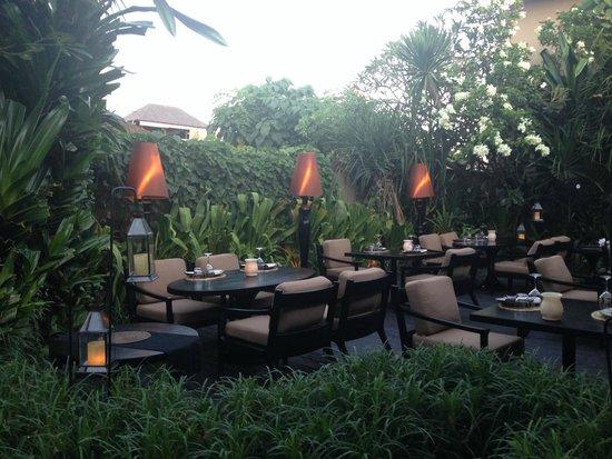 Sarong Restaurant : backyard outdoor area