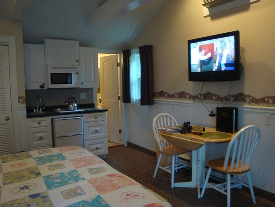 Falmouth Heights Motor Lodge: King room