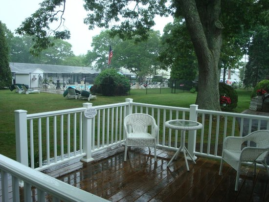 Falmouth Heights Motor Lodge: View from the cottage on our rainy arrival day