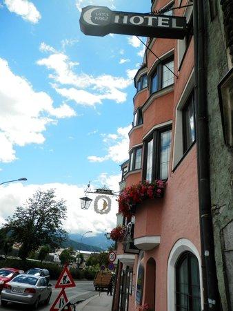 Hotel Mondschein: Front of the hotel.