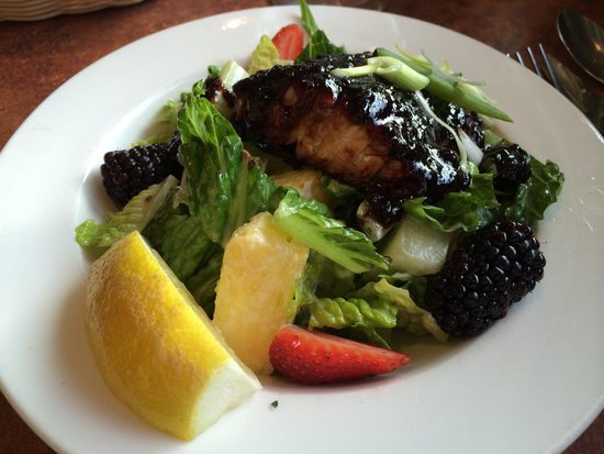 Georgie's Beachside Grill : Blackberry salmon salad