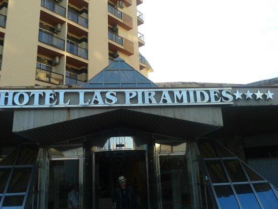 Hotel Las Pirámides: el frente de dia
