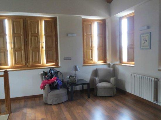 Hostal Rural El Palacio Molinaseca: Quarto 23 e suas várias janelas