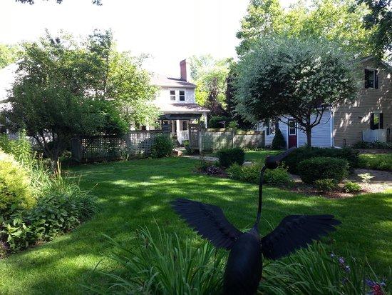 Victoria Gables Bed & Breakfast: Backyard Garden