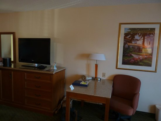 Best Western Plus A Wayfarer's Inn and Suites: Desk with lots of electric outlets in lamp.