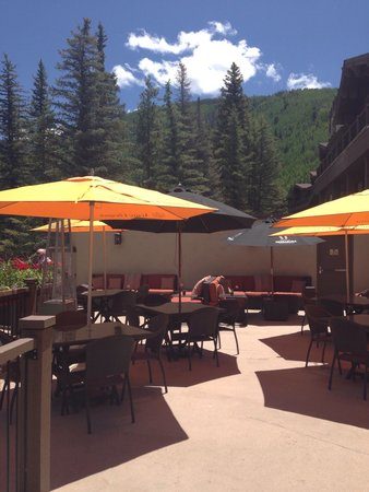 Manor Vail Lodge: Patio of restaurant