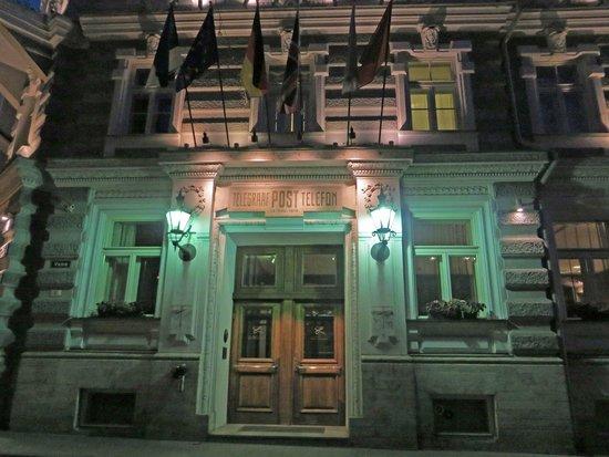 Hotel Telegraaf: Exterior of hotel at night