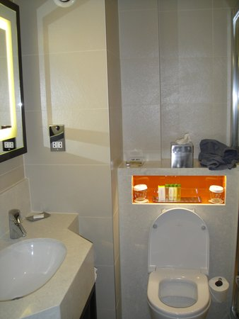DoubleTree by Hilton London Ealing: bathroom