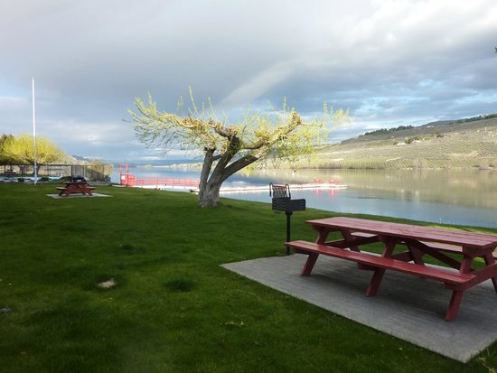 Lake Pateros Inn: View from room looking upriver