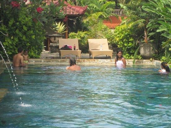 เรสทู บาลี โฮเต็ล: pool area