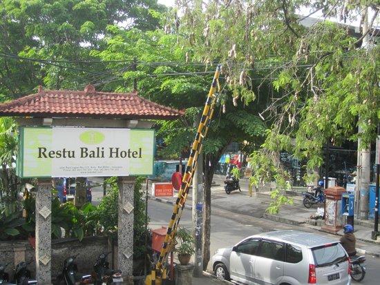 Restu Bali Hotel: streetscape