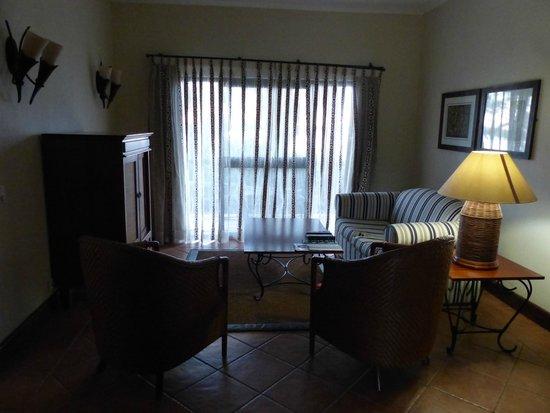 Chobe Marina Lodge: Sitting area next to bedroom (47)