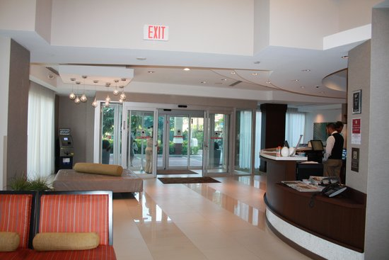 Comfort Suites Miami Airport North: Foyer, sleek and very clean