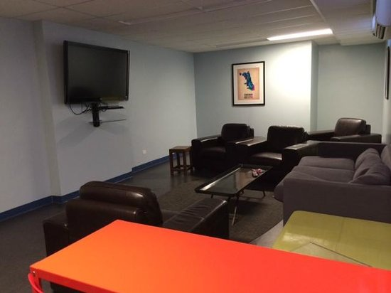 Chicago Getaway Hostel: TV Room