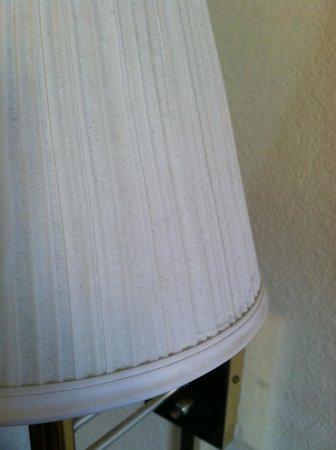 Days Inn Ukiah: filthy lamp shade