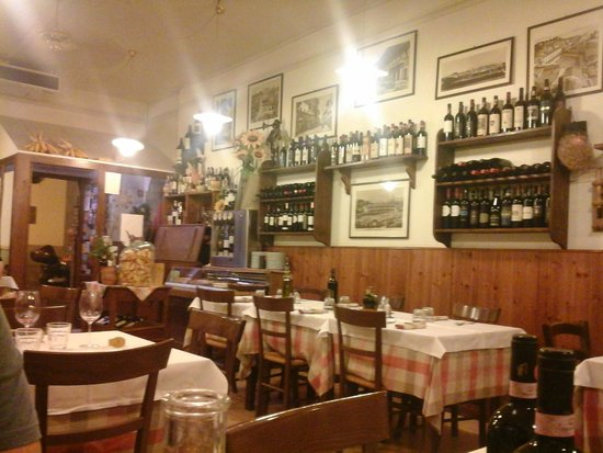Trattoria Il Saraceno : Vista interna sulla scelta dei vini