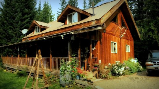 Huckleberry Tent and Breakfast North Idaho: Host lodge.  We had breakfast at a table on the front porch with a view of their beautiful garde