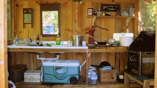 Huckleberry Tent and Breakfast North Idaho: Our very own kitchen.