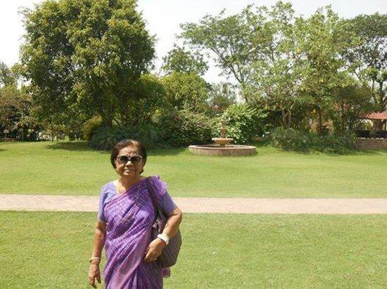 Best Western Resort Country Club: Maa Enjoying Lawns