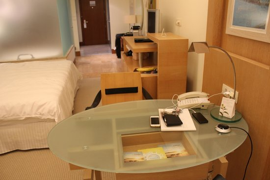 The Westin Athens Astir Palace Beach Resort : Room layout study table