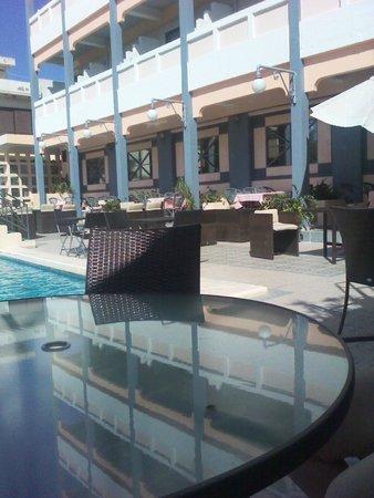 Rainbow Hotel: Бассейн с одинаковой глубиной по всему периметру, устаревшая конструкция слива и фильтрации воды