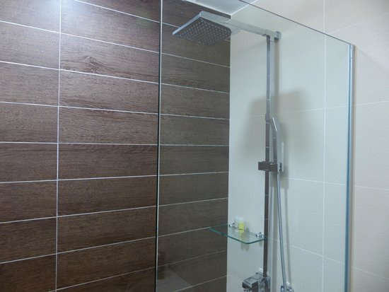 Village Hotel Bugis by Far East Hospitality: Rainshower