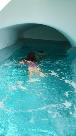 Cori Rigas Suites : the pool, like a cave, chilly waters