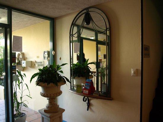 Albion Manor Apartments & Motel: Main Entrance Foyer
