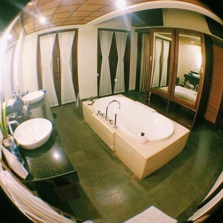 Nyuh Bali Villas: huge bathroom