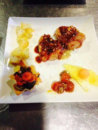 Restaurante Villa Romana: Solomillo di certo in crosta di speck e pistacchi con patate al fini frutta e verdure in pasta f