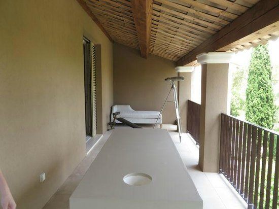 Muse Hotel: balcony with massage table