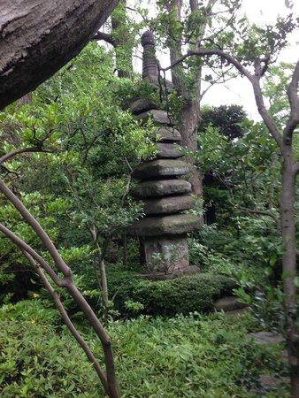 Nezu Museum: 館内からお庭に出てきた所の塔の様な石像