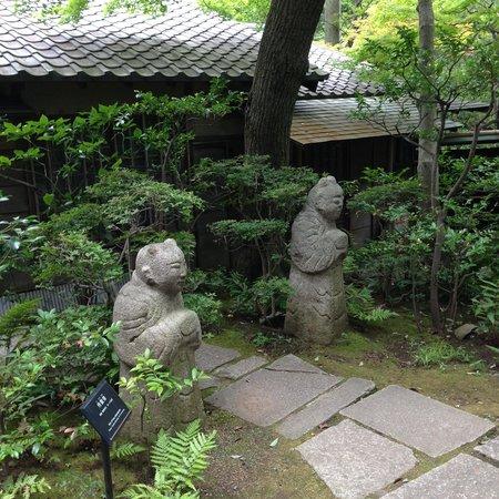 Nezu Museum: お茶室の両入り口に置かれた愛嬌ある石造