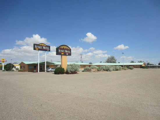 Sunset Motel: Motel gounds and parking lot