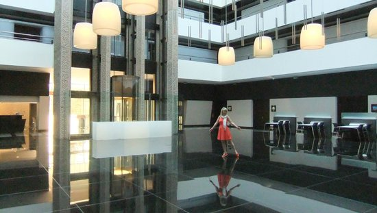 Hilton Madrid Airport, атриум