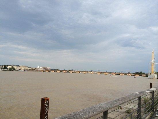 Pont de Pierre : 橋全景