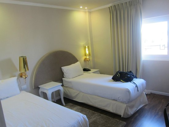 Agripas Boutique Hotel: Room with 2 single beds - very roomy