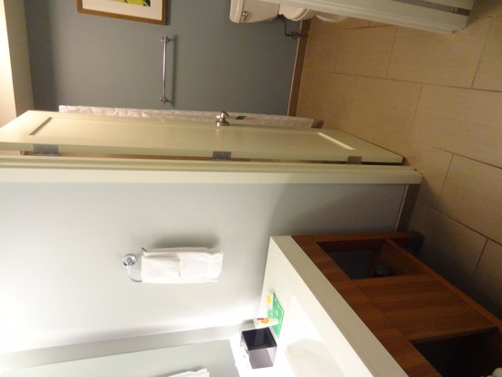 Hyatt Place Waikiki Beach: Bathroom view