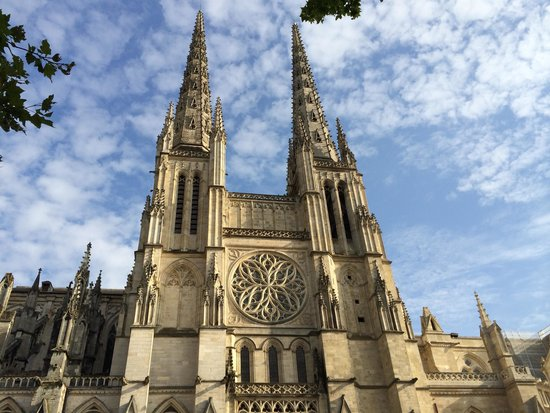 St. Andre Cathedral (Cathedrale Saint-Andre): 空に突き抜ける塔
